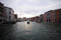 Моторизованное waterbus плавает вдоль канала Стоковые Изображения