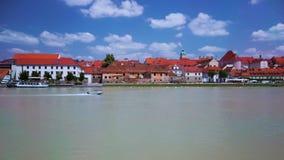 Моторка быстро проходя на одолженном реке Дравы, Мариборе, Словении сток-видео