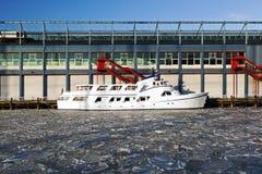 Моторка в замороженном Гудзоне в пристанях chelsea в nyc Стоковая Фотография RF