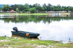 Моторка и оранжевый спасательный жилет около озера со сплотками, предпосылки шлюпки педали на Chiangmai r стоковое фото