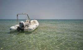 Моторка на береге моря стоковая фотография