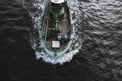 моторка на воде стоковые изображения rf
