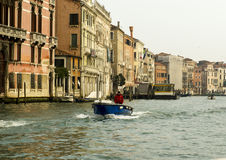 Моторка на грандиозном канале в Венеции, Италии Стоковое Фото