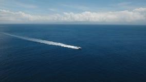 Моторка на море, вид с воздуха bali Индонесия сток-видео