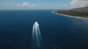 Моторка на море, вид с воздуха bali Индонесия видеоматериал