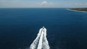 Моторка на море, вид с воздуха bali Индонесия акции видеоматериалы