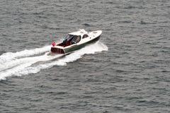 Моторка на море стоковое изображение