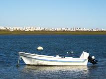 Моторка на пляже в Faro стоковые фотографии rf