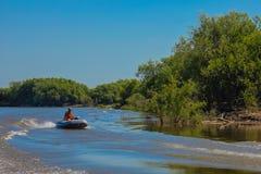 Моторка на реке Стоковые Изображения