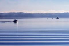 Моторка на спокойном холодном море стоковые фотографии rf