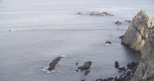 Моторка пересекая море с группой в составе утесы на ей назад акции видеоматериалы