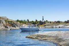 Моторка проводя узкий архипелаг Huvudskär Стокгольма прохода стоковые фотографии rf
