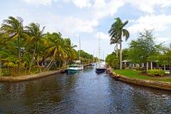 Моторки причалили вдоль канала в пригороде Майами, Флориды Стоковое фото RF
