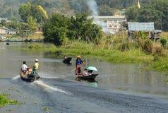Моторки управлением людей на озере инкрустаци в Шани, Мьянме Стоковое Изображение