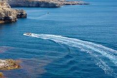 Моторная лодка быстро проходит через голубой океан стоковые изображения rf