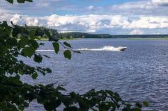 Моторная лодка на озере Seliger, зоне Tver стоковые изображения rf