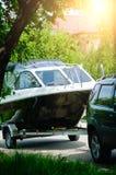 Моторная лодка на трейлере с автомобилем Концепция летних отпусков стоковая фотография rf