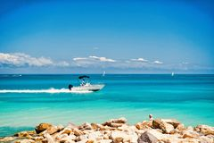 Моторная лодка плавая быстро на лазурную морскую воду стоковые фотографии rf