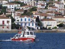 Моторная лодка плавая около береговой линии Греции Стоковые Изображения RF