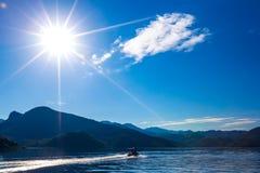 Моторная лодка под ярким солнцем идет вдоль озера Skadar Mo Стоковое фото RF