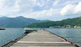 Моторная лодка и пристань Стоковое Фото