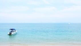 Моторная лодка и свет - голубое небо Стоковые Фотографии RF