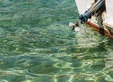 Моторная лодка на винте предпосылки моря стоковое фото rf