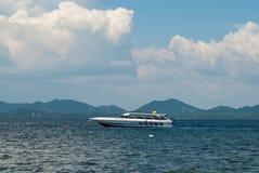 Моторная лодка поставленная на якорь в море Стоковое Фото
