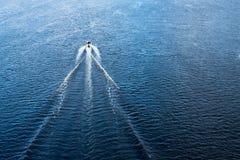 Моторная лодка плавая в голубое Dnieper мочит стоковая фотография rf