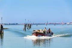 Моторная лодка плавая к Венеции, Италии Стоковое Фото