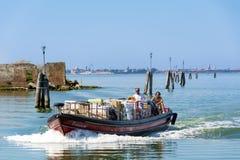 Моторная лодка плавая к Венеции, Италии Стоковое Изображение RF