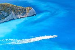 Моторная лодка удовольствия идет на залив Navagio стоковые фотографии rf