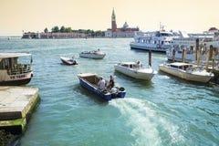 Моторные лодки в Венеции, Италии Стоковое Фото