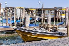Моторные лодки на порте в Венеции, Италии Стоковые Изображения RF