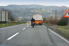 Мотор человека управляя опасно на дороге Стоковые Фото