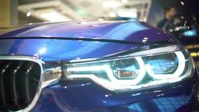 Мотор-шоу, мужчина смотря новый красивый автомобиль, индустрию автомобиля, привод испытания акции видеоматериалы