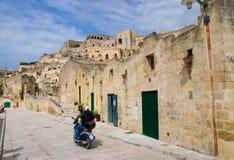 Мотоциклисты в шлемах ехать мотоцикл на улицах, Matera, стоковая фотография