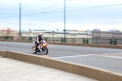 Мотоциклист едет на скорости на дорогах города, может 2018, Санкт-Петербург стоковые фото