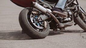 Мотоциклист лежит его велосипед на своей стороне во время поворота на мотор-шоу Впечатляющее представление видеоматериал