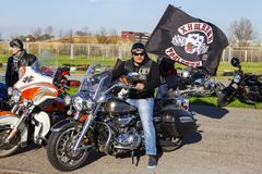 Мотоциклист с флагом клуба стоковые фото