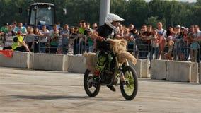 Мотоциклист управляет мотоцилк среди наблюдая аудитории акции видеоматериалы