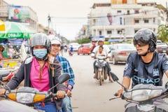 Мотоциклы людей кхмера ехать на улице в городе Пномпень, Камбодже стоковые изображения rf