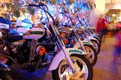 Мотоциклы припаркованные совместно на улице стоковые изображения