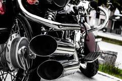 Мотоцикл, двойная выхлопная труба изолированная белизна вид сзади Художнически обесцвеченное фото bighearted Стиль мотора стоковые изображения