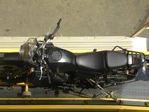 Мотоцикл отбуксированный на эвакуаторе стоковые фотографии rf