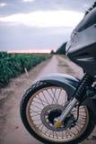 Мотоцикл приключения катания человека велосипедиста, с концепции пер стоковое фото