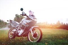 Мотоцикл приключения, с концепции перемещения дороги, оборудование вс стоковая фотография rf