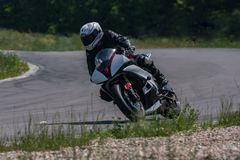 Мотоцикл спорт на высокой скорости преодолевает острый угол стоковые изображения