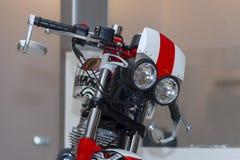 Мотоцикл с роботом двойных фар похожим на глаз унылым на выставке стоковое фото