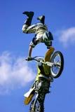 мотоцикл фристайла скача Стоковая Фотография RF